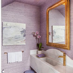 ヒューストンのトランジショナルスタイルのおしゃれなトイレ・洗面所 (紫の壁、モザイクタイル、一体型シンク、グレーの床) の写真