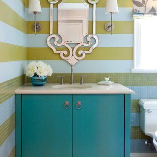 Foto di un bagno di servizio chic con ante blu, pareti multicolore, lavabo sottopiano e consolle stile comò