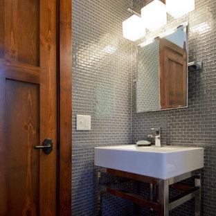 ミネアポリスのラスティックスタイルのおしゃれなトイレ・洗面所 (グレーのタイル、ガラスタイル、グレーの壁、スレートの床、ペデスタルシンク、マルチカラーの床) の写真