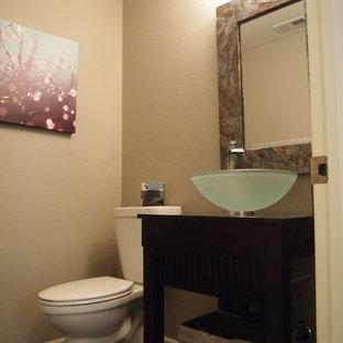 Свежая идея для дизайна: маленький туалет в современном стиле с открытыми фасадами, темными деревянными фасадами, бежевыми стенами, полом из сланца, настольной раковиной и столешницей из дерева - отличное фото интерьера