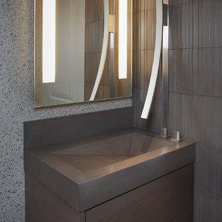 Неиссякаемый источник вдохновения для домашнего уюта: туалет среднего размера в современном стиле с плоскими фасадами, коричневыми фасадами, унитазом-моноблоком, коричневой плиткой, цементной плиткой, серыми стенами, мраморным полом, монолитной раковиной, столешницей из бетона и черным полом