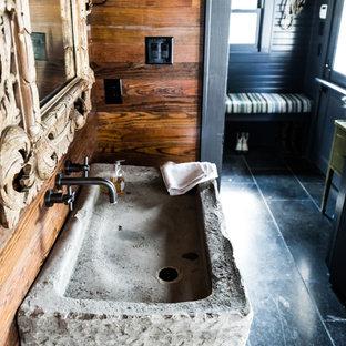 Ispirazione per un bagno di servizio stile rurale di medie dimensioni con pavimento in ardesia, lavabo rettangolare, top in pietra calcarea, pavimento nero, top grigio, nessun'anta, ante nere, WC a due pezzi e pareti marroni