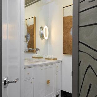 Aménagement d'un petit WC et toilettes moderne avec un placard en trompe-l'oeil, des portes de placard blanches, un mur rouge, un sol en carrelage de terre cuite, un plan de toilette en quartz, un sol blanc et un plan de toilette blanc.