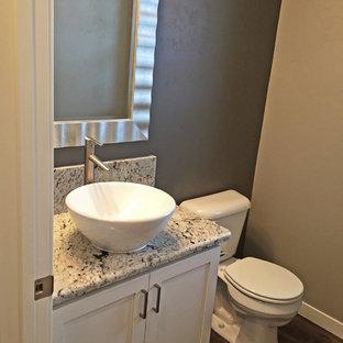 Неиссякаемый источник вдохновения для домашнего уюта: туалет в современном стиле с серыми стенами и полом из винила