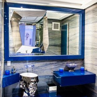 Неиссякаемый источник вдохновения для домашнего уюта: большой туалет в стиле модернизм с синими фасадами и стеклянными фасадами