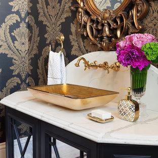 Imagen de aseo tradicional, grande, con puertas de armario negras, sanitario de una pieza, baldosas y/o azulejos en mosaico, suelo de mármol, lavabo sobreencimera, encimera de mármol, paredes multicolor, baldosas y/o azulejos blancos y armarios con paneles empotrados