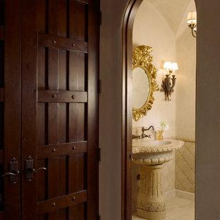 Свежая идея для дизайна: туалет в средиземноморском стиле с плиткой из известняка - отличное фото интерьера