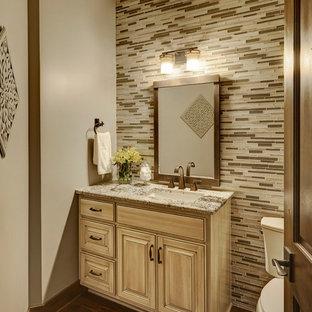Ispirazione per un bagno di servizio rustico con WC monopezzo, piastrelle marroni, piastrelle a mosaico, pavimento in legno massello medio, lavabo sottopiano e top in marmo