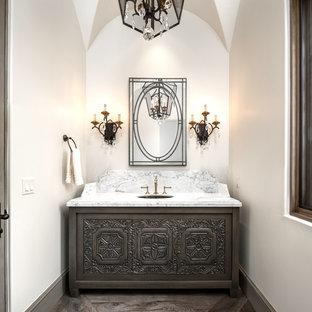 Esempio di un ampio bagno di servizio stile shabby con consolle stile comò, ante grigie, WC monopezzo, piastrelle multicolore, piastrelle di marmo, pareti bianche, parquet scuro, lavabo sottopiano, top in marmo, pavimento marrone e top multicolore