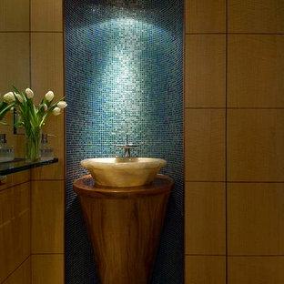 Источник вдохновения для домашнего уюта: маленький туалет в современном стиле с плоскими фасадами, фасадами цвета дерева среднего тона, синей плиткой, зеленой плиткой, плиткой мозаикой, коричневыми стенами, полом из керамической плитки, настольной раковиной, столешницей из дерева, бежевым полом и коричневой столешницей