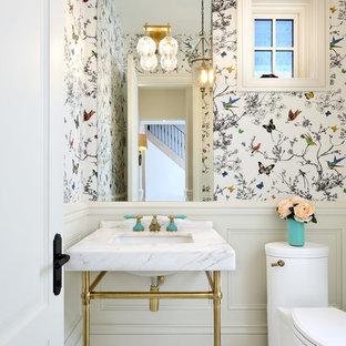 Ispirazione per un piccolo bagno di servizio classico con WC monopezzo, pareti multicolore, lavabo a consolle, consolle stile comò, pavimento in marmo, top in marmo e pavimento bianco