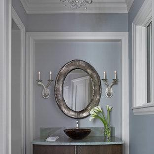 Idee per un grande bagno di servizio chic con consolle stile comò, ante marroni, pareti grigie, pavimento in travertino, top in marmo, pavimento grigio e top grigio