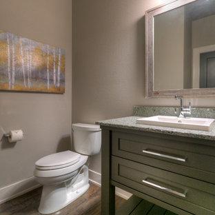 Idee per un bagno di servizio american style di medie dimensioni con ante in stile shaker, ante grigie, pareti beige, pavimento in legno massello medio, lavabo da incasso, top in granito e pavimento marrone