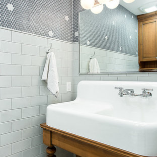 На фото: туалет среднего размера в стиле кантри с фасадами островного типа, фасадами цвета дерева среднего тона, раздельным унитазом, синей плиткой, керамической плиткой, синими стенами, полом из мозаичной плитки, разноцветным полом и консольной раковиной