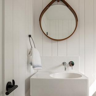 ポートランド(メイン)のビーチスタイルのおしゃれなトイレ・洗面所 (白い壁、ベッセル式洗面器、塗装板張りの壁) の写真