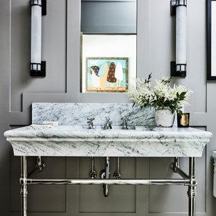 Ejemplo de aseo panelado, costero, pequeño, panelado, con paredes grises, suelo de azulejos de cemento, lavabo tipo consola, suelo negro, encimeras blancas y panelado