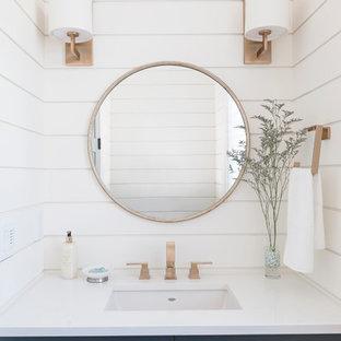 Imagen de aseo marinero con armarios estilo shaker, paredes blancas y lavabo bajoencimera