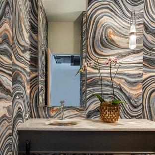 Свежая идея для дизайна: маленький туалет в современном стиле с темными деревянными фасадами, разноцветной плиткой, разноцветными стенами, врезной раковиной, открытыми фасадами, плиткой из листового камня, мраморной столешницей и бежевой столешницей - отличное фото интерьера