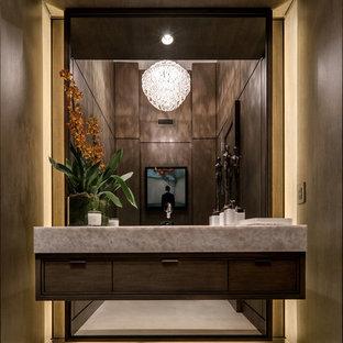 Свежая идея для дизайна: туалет в современном стиле с плоскими фасадами, темными деревянными фасадами и белым полом - отличное фото интерьера