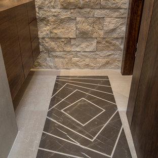 Inspiration pour un petit WC et toilettes minimaliste avec un placard à porte plane, des portes de placard en bois sombre, un carrelage beige, des dalles de pierre, un mur beige, un sol en travertin, une vasque, un plan de toilette en bois, un sol marron et un plan de toilette marron.