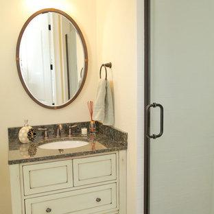 タンパのシャビーシック調のおしゃれなトイレ・洗面所の写真