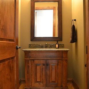 Стильный дизайн: маленький туалет в классическом стиле с фасадами островного типа, фасадами цвета дерева среднего тона, бежевыми стенами, светлым паркетным полом, врезной раковиной, столешницей из гранита и бежевым полом - последний тренд