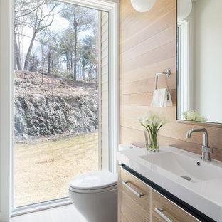 Foto de aseo madera, actual, madera, con armarios con paneles lisos, puertas de armario de madera clara, paredes blancas, suelo de madera clara, lavabo integrado, suelo beige, encimeras blancas y madera
