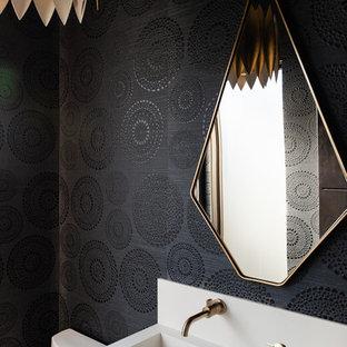 Imagen de aseo rural con paredes negras y lavabo integrado