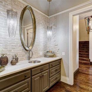Неиссякаемый источник вдохновения для домашнего уюта: большой туалет в стиле современная классика с серой плиткой, каменной плиткой, серыми стенами, врезной раковиной, столешницей из искусственного кварца, фасадами с выступающей филенкой, серыми фасадами и паркетным полом среднего тона