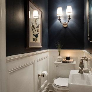 Inspiration pour un petit WC et toilettes traditionnel avec un WC séparé, un mur bleu, un sol en bois brun, un lavabo suspendu et un sol marron.