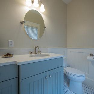 Неиссякаемый источник вдохновения для домашнего уюта: маленький туалет в морском стиле с бирюзовыми фасадами, раздельным унитазом, бежевыми стенами, полом из керамогранита, врезной раковиной, столешницей из искусственного кварца, белым полом и белой столешницей