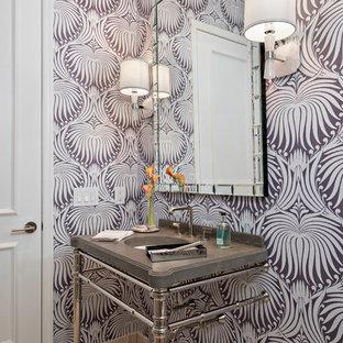 Cette image montre un WC et toilettes design de taille moyenne avec un WC séparé, un mur multicolore, un sol en calcaire, un plan de toilette en surface solide et un plan vasque.