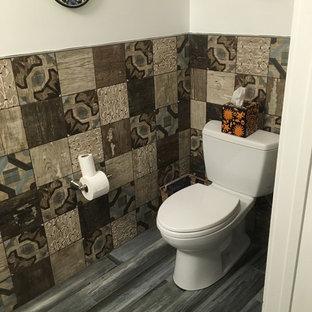 Стильный дизайн: туалет среднего размера в средиземноморском стиле с плоскими фасадами, серыми фасадами, раздельным унитазом, разноцветной плиткой, цементной плиткой, разноцветными стенами, паркетным полом среднего тона, настольной раковиной, столешницей из искусственного камня, серым полом и серой столешницей - последний тренд