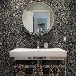 Cette image montre un WC et toilettes design avec un plan vasque, un carrelage gris et une plaque de galets.
