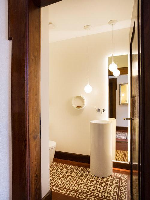 Mittelgroße Klassische Gästetoilette Mit Braunen Fliesen, Farbigen Fliesen,  Weißer Wandfarbe, Sockelwaschbecken, Mosaik