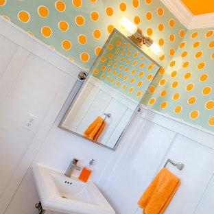 Foto di un bagno di servizio costiero con piastrelle bianche e pareti arancioni