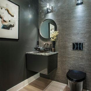 На фото: туалеты среднего размера в современном стиле с плоскими фасадами, черными фасадами, инсталляцией, серыми стенами, светлым паркетным полом, настольной раковиной и бежевым полом