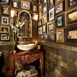 デンバーの地中海スタイルのおしゃれなトイレ・洗面所 (スレートタイル) の写真