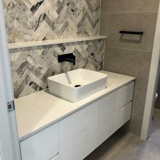 Idées déco pour un petit WC et toilettes moderne avec un placard en trompe-l'oeil, des portes de placard blanches, un carrelage beige, des carreaux de porcelaine, un mur beige, un sol en carrelage de porcelaine, un lavabo posé, un plan de toilette en quartz modifié, un sol beige, un plan de toilette blanc, meuble-lavabo suspendu et un plafond à caissons.