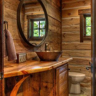 Неиссякаемый источник вдохновения для домашнего уюта: туалет в стиле рустика с настольной раковиной, фасадами цвета дерева среднего тона, столешницей из дерева и коричневой столешницей