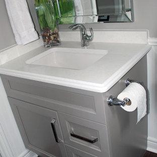 Ispirazione per un bagno di servizio design con ante con riquadro incassato, ante grigie, pavimento in legno massello medio, lavabo sottopiano e top in quarzite