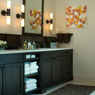 Стильный дизайн: большой туалет в современном стиле с врезной раковиной, фасадами с утопленной филенкой, темными деревянными фасадами и полом из керамогранита - последний тренд