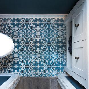 На фото: туалет в стиле кантри с плоскими фасадами, бирюзовыми фасадами, полом из цементной плитки, столешницей из кварцита, бирюзовым полом и белой столешницей