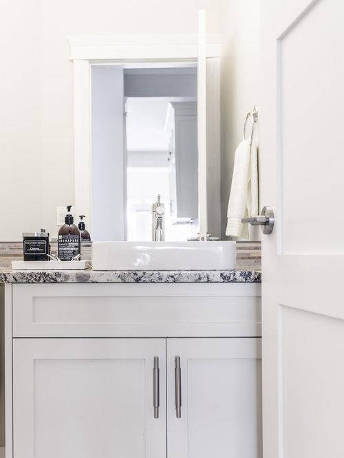 Kleine Moderne Gästetoilette Mit Schrankfronten Im Shaker Stil, Weißen  Schränken, Farbigen Fliesen,