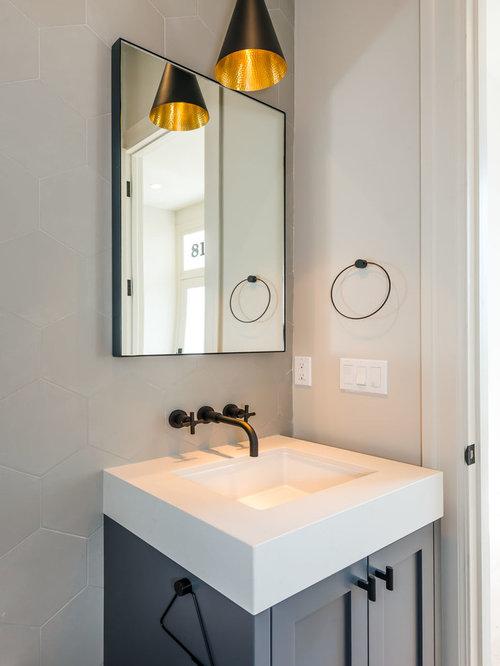 g stetoilette g ste wc mit blauen schr nken und grauer wandfarbe ideen f r g stebad und. Black Bedroom Furniture Sets. Home Design Ideas