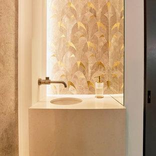 Новый формат декора квартиры: маленький туалет в скандинавском стиле с белыми стенами, врезной раковиной, столешницей из травертина, коричневым полом и бежевой столешницей