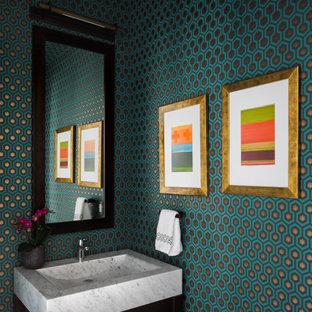 Moderne Gästetoilette mit offenen Schränken, dunklen Holzschränken, bunten Wänden, Waschtischkonsole, freistehendem Waschtisch, Tapetendecke und Tapetenwänden in Boston