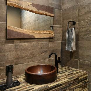 На фото: туалет среднего размера в современном стиле с настольной раковиной, столешницей из плитки, серой плиткой, коричневой плиткой и разноцветной столешницей