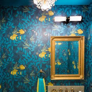Inspiration pour un petit WC et toilettes bohème avec un plan de toilette beige, un mur multicolore et un lavabo encastré.