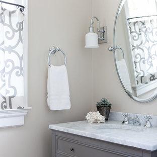 Стильный дизайн: маленький туалет в стиле современная классика с фасадами с филенкой типа жалюзи, коричневыми фасадами, бежевыми стенами, врезной раковиной, мраморной столешницей и белой столешницей - последний тренд
